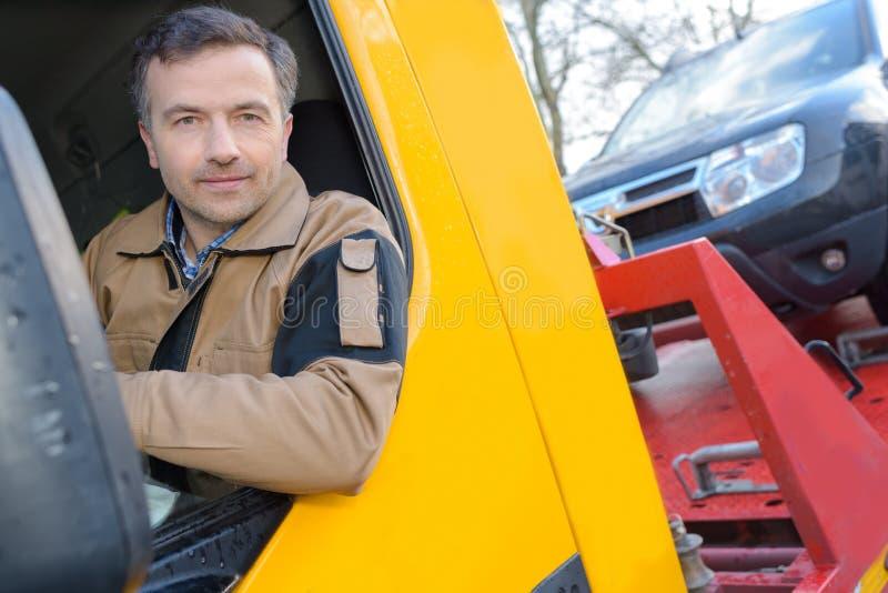 Knappe bestuurder dichtbij moderne vrachtwagen royalty-vrije stock fotografie