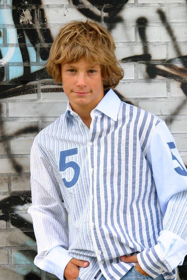 Knappe blonde jongen stock foto's