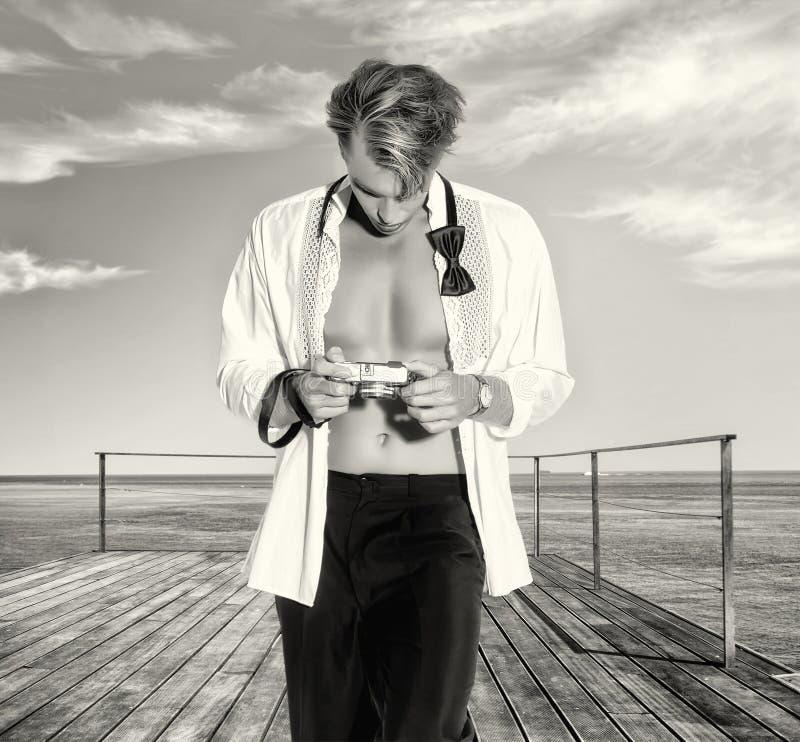 Knappe Blonde Mannelijke Fotograaf Outdoors royalty-vrije stock foto