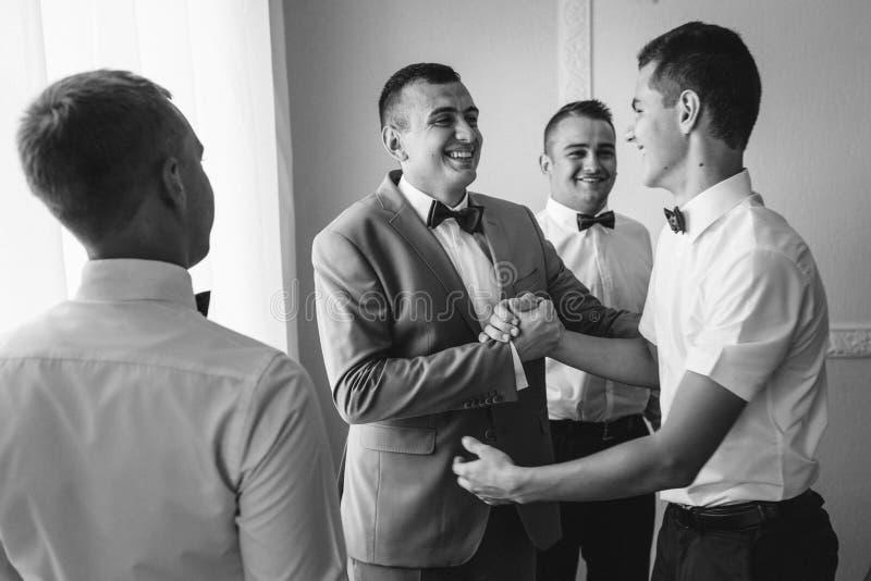 Knappe bruidegom die voor huwelijksceremonie voorbereidingen treffen in hotelruimte royalty-vrije stock foto
