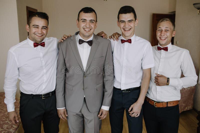 Knappe bruidegom die voor huwelijksceremonie voorbereidingen treffen in hotelruimte stock foto's