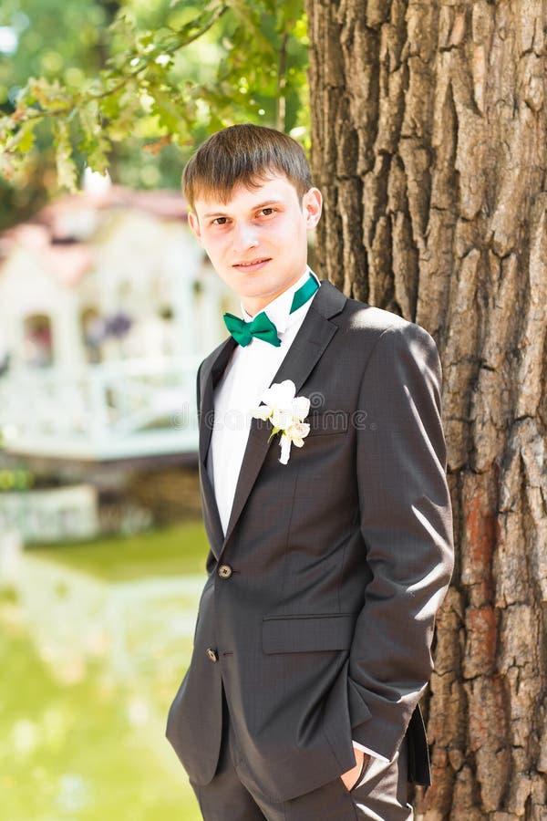 Knappe bruidegom in kostuum op de aard mannetje royalty-vrije stock afbeeldingen