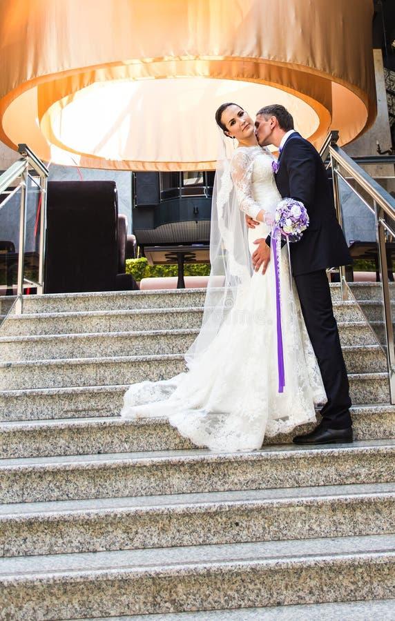 Knappe bruidegom kussende bruid in hals royalty-vrije stock foto