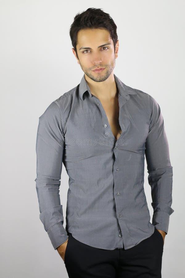 Knappe bruine mens die een grijs overhemd dragen royalty-vrije stock afbeeldingen