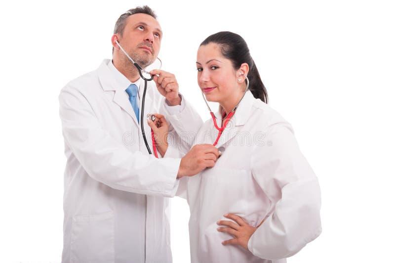 Knappe dokter en vrouwenarts in medische eenvormig royalty-vrije stock foto's