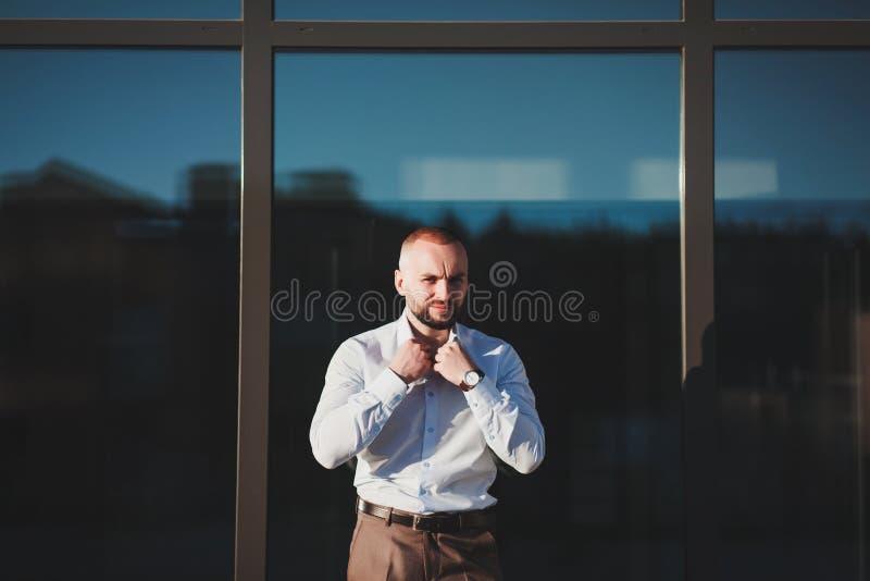 Knappe elegante jonge mens in het stedelijke plaatsen stock afbeeldingen