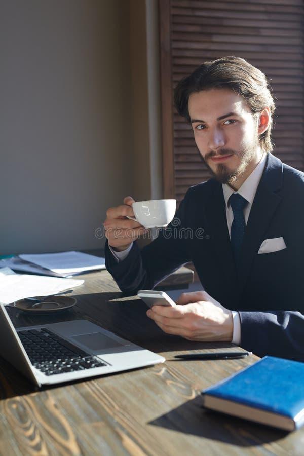 Knappe Elegante Zakenman Working in Koffiepauze royalty-vrije stock afbeeldingen