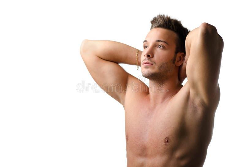 Knappe en geschikte jonge mens naakt met handen achter zijn hoofd royalty-vrije stock afbeelding