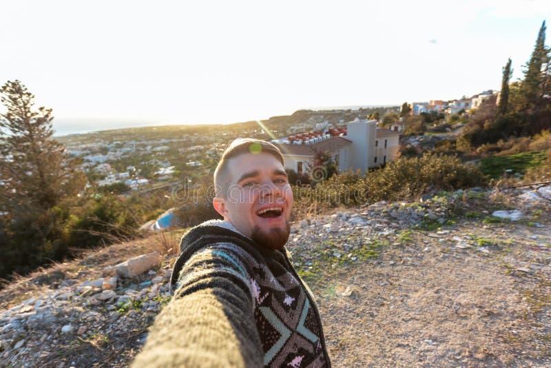 Knappe gebaarde mens die selfie nemen De gelukkige student maakt grappig beeld voor zijn blog stock foto