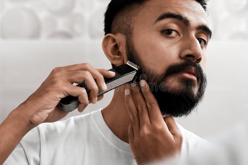 Knappe gebaarde mens die zijn baard scheren royalty-vrije stock foto's