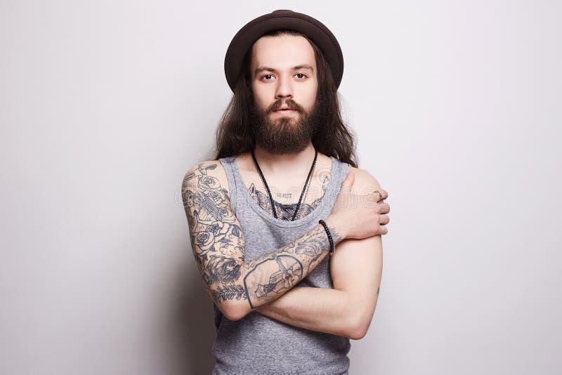 Knappe gebaarde mens in hoed tatoegering hipster royalty-vrije stock foto's