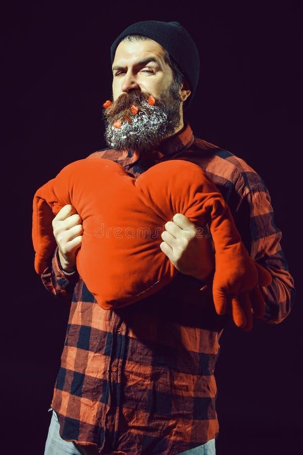 Knappe gebaarde mens of kerel in de winterhoed en geruit overhemd met modieuze snor op ernstig gezicht en rood royalty-vrije stock afbeeldingen