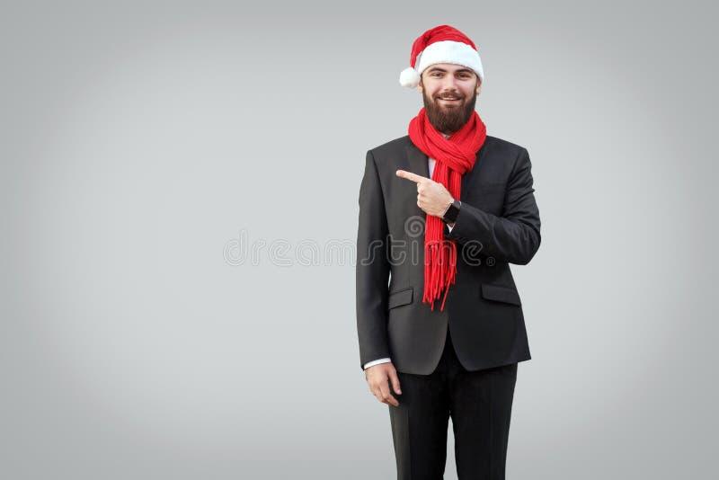 Knappe gebaarde zakenman in klassiek zwart kostuum, rode sjaal royalty-vrije stock afbeeldingen