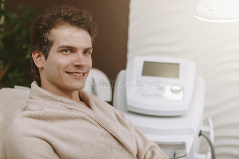 Knappe gelukkige mens op kuuroordcentrum stock foto's
