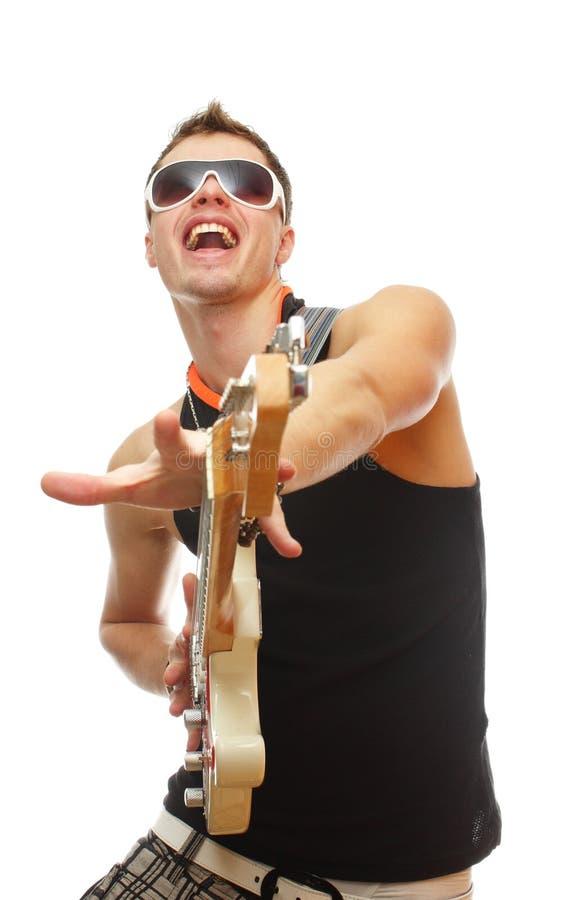 Knappe gitarist in zonnebril die op wit wordt geïsoleerdl stock afbeelding