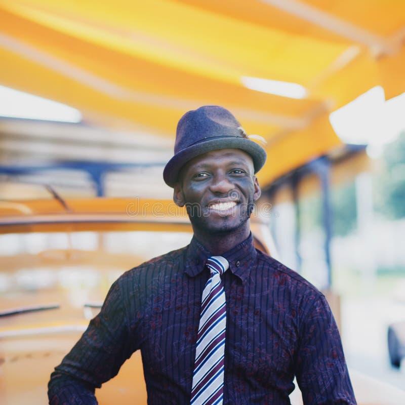 Knappe glimlachende afromens stock fotografie