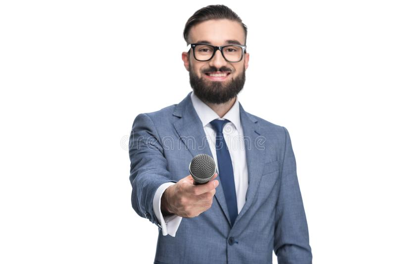 knappe glimlachende gebaarde mannelijke journalist die gesprek met microfoon nemen, royalty-vrije stock afbeelding
