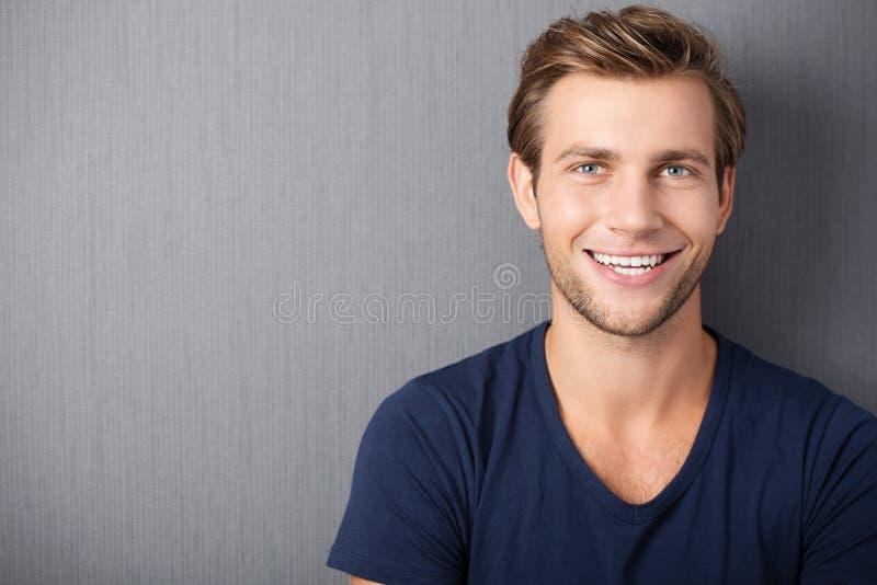 Knappe glimlachende jonge mens royalty-vrije stock foto