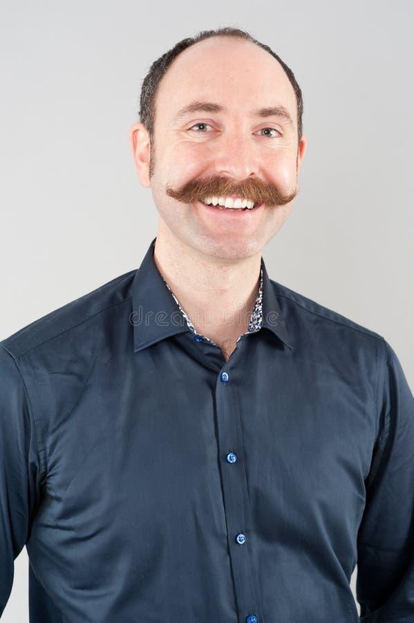 Knappe glimlachende mens stock foto