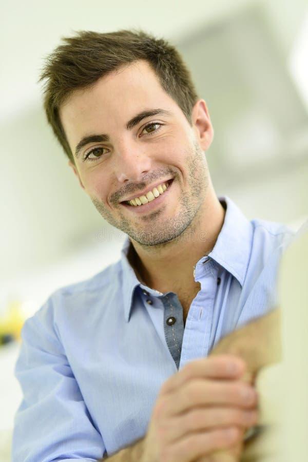Knappe glimlachende mens stock fotografie