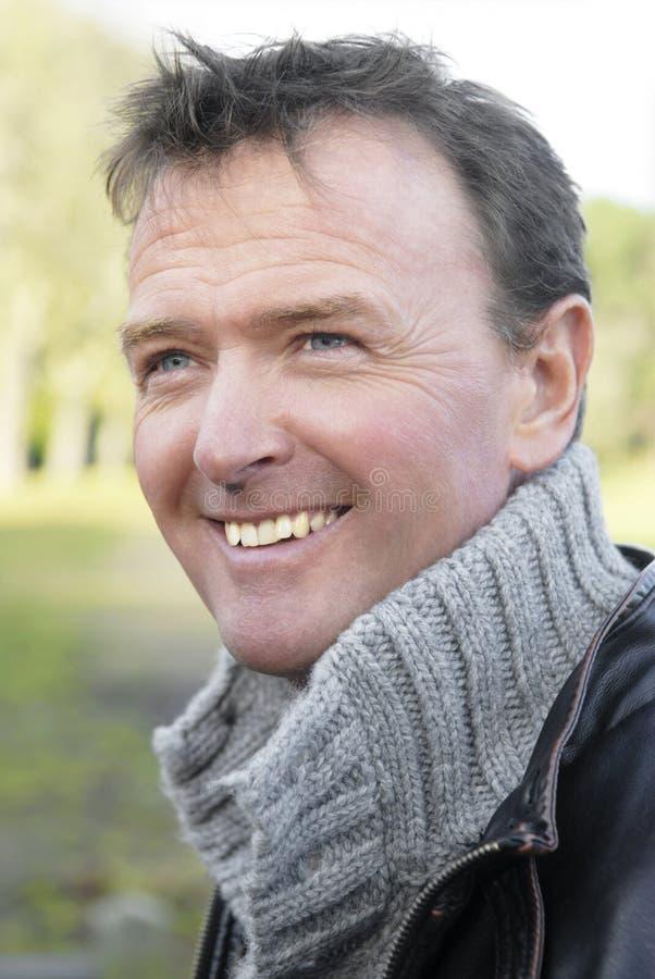 Knappe glimlachende mens royalty-vrije stock fotografie