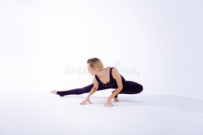 Knappe het blondevrouw die van Nice oefeningen doen stock fotografie