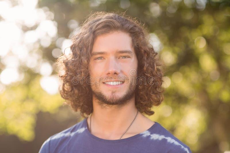 Knappe hipster die bij camera glimlachen stock fotografie