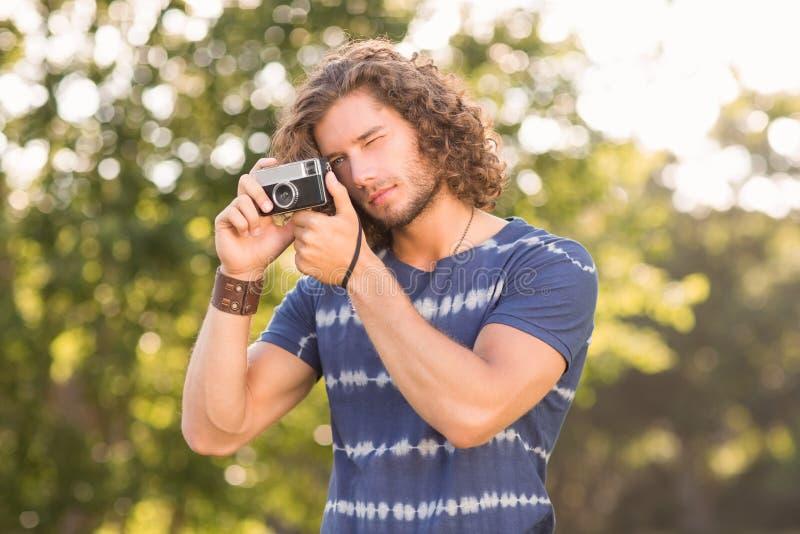 Knappe hipster die uitstekende camera met behulp van royalty-vrije stock foto