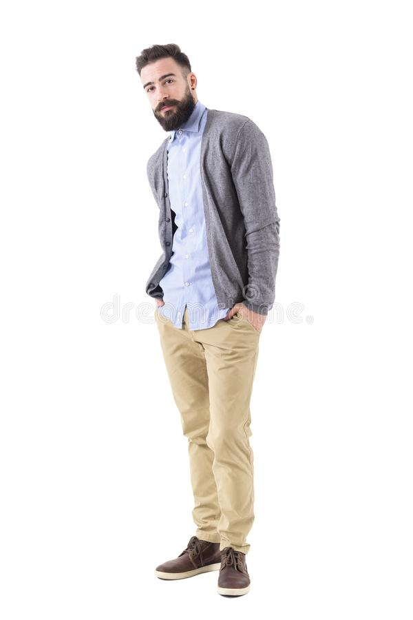 Knappe hipster in het slimme die vrijetijdskleding stellen wordt overgeheld met dient zakken in stock foto
