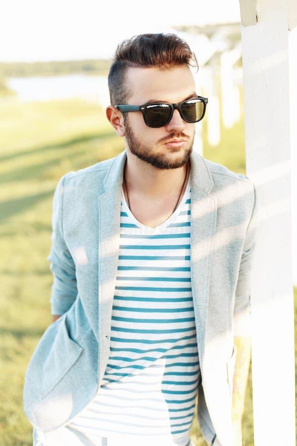 Knappe hipstermens in een jasje, in een de zomert-shirt royalty-vrije stock foto
