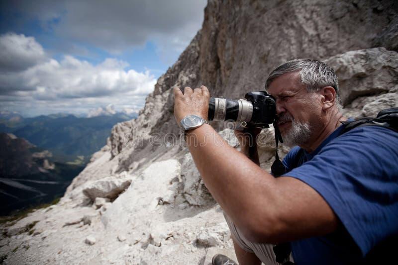 Knappe hogere mannelijke fotograaf stock foto
