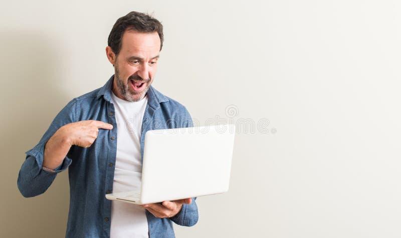 Knappe hogere mens thuis royalty-vrije stock foto's