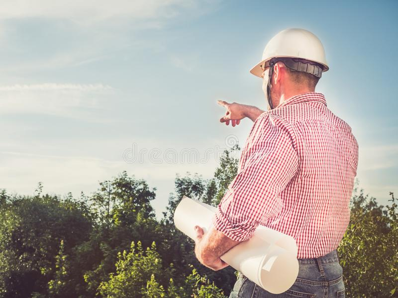 Knappe ingenieur in een witte bouwvakker royalty-vrije stock foto