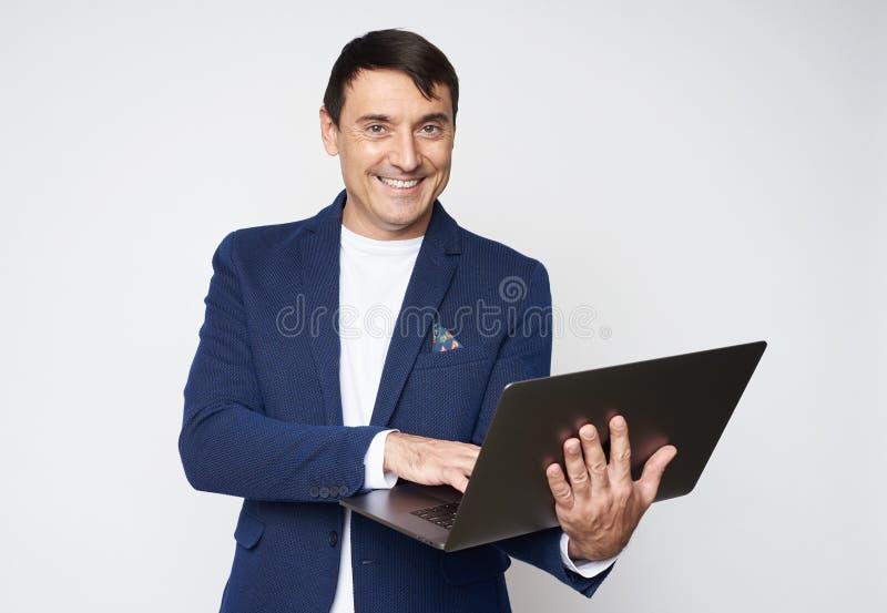 Knappe 40 jaar oude mensen met laptop Ge?soleerde royalty-vrije stock foto's