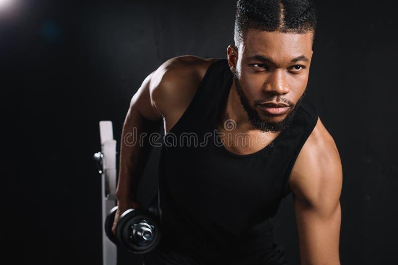 knappe jonge Afrikaanse Amerikaanse sportman stock fotografie