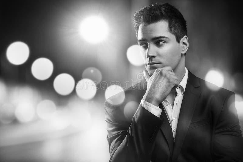 Knappe jonge elegante mens in kostuum royalty-vrije stock foto
