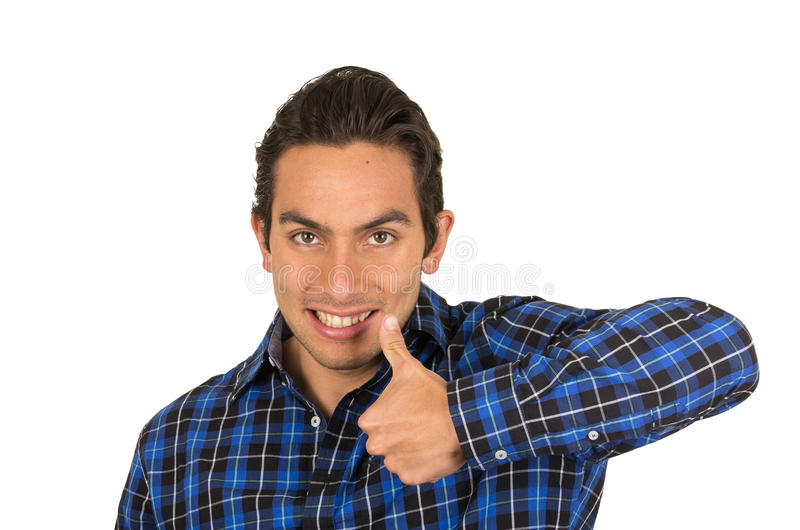 Knappe jonge gelukkige Latijnse mens die een blauw dragen stock foto