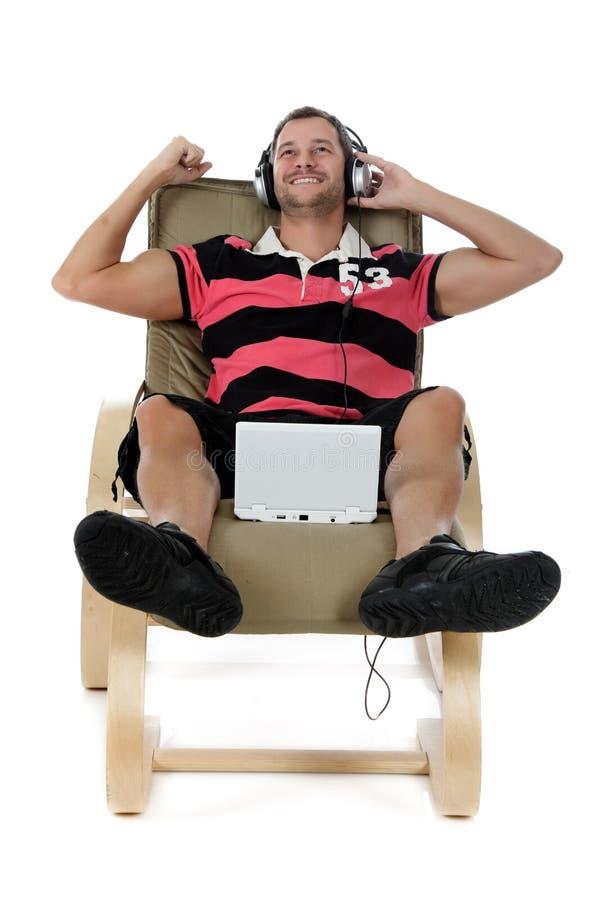Knappe jonge Kaukasische mens, het luisteren muziek. stock foto