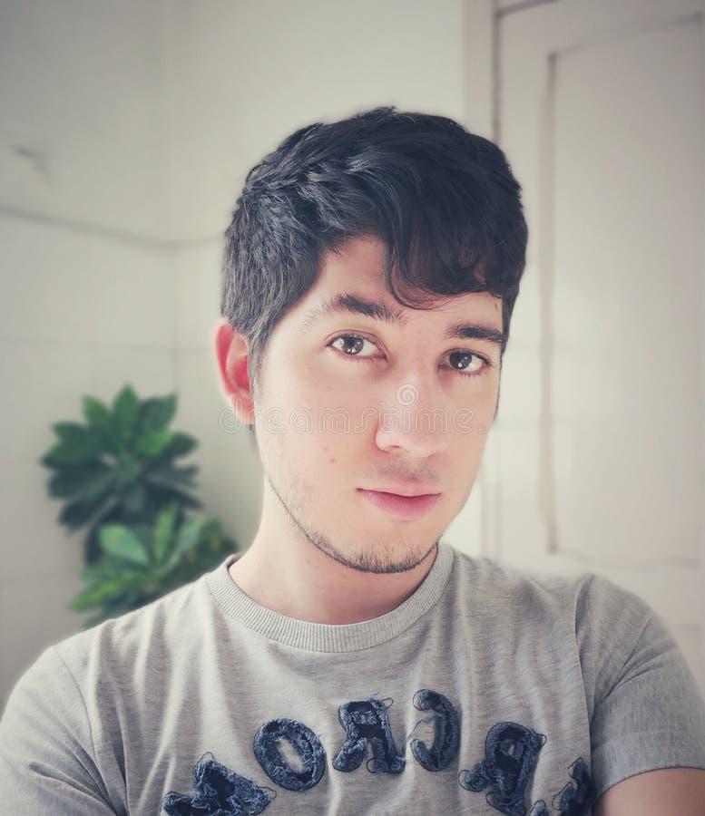 Knappe jonge Latijnse Columbiaanse mannelijke tiener royalty-vrije stock foto's