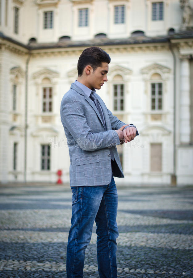 Knappe jonge mannelijke model of zakenman stock foto