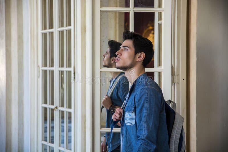 Knappe Jonge Mens binnen een Museum royalty-vrije stock foto's