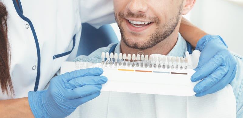 Knappe jonge mens in de stomatologiekliniek royalty-vrije stock foto
