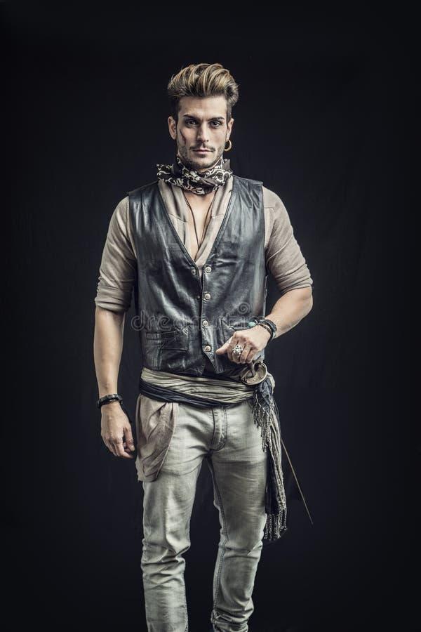 Knappe Jonge Mens in de Uitrusting van de Piraatmanier stock foto's