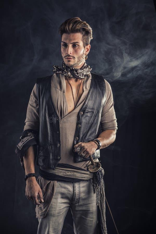 Knappe Jonge Mens in de Uitrusting van de Piraatmanier royalty-vrije stock afbeelding