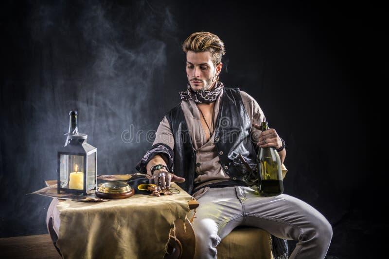 Knappe Jonge Mens in de Uitrusting van de Piraatmanier royalty-vrije stock fotografie