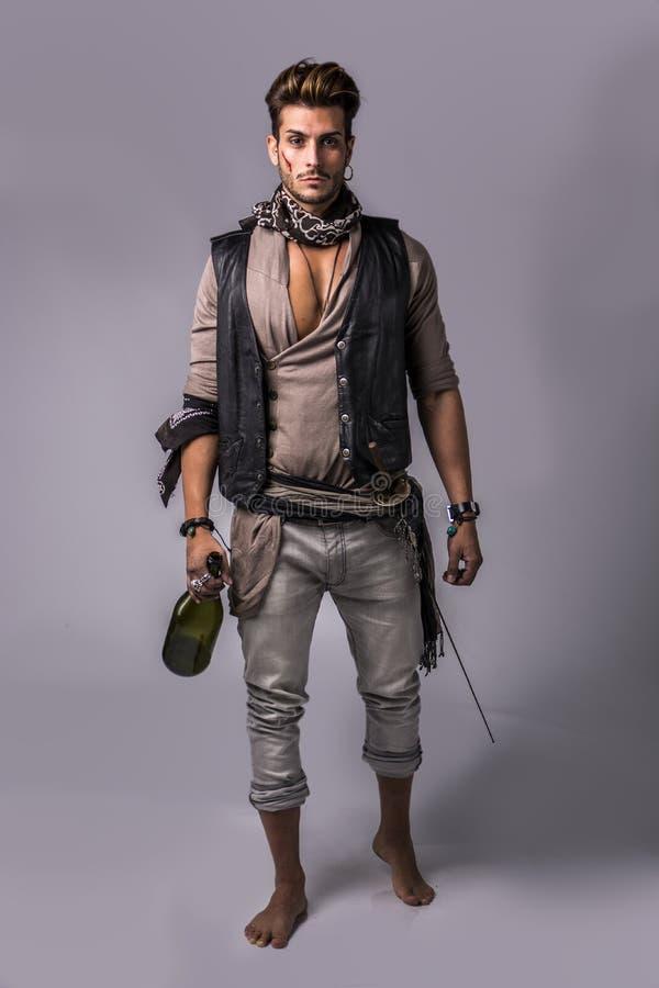 Knappe Jonge Mens in de Uitrusting van de Piraatmanier stock afbeeldingen