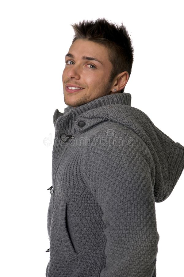 Knappe jonge mens die de winter hoodie sweater dragen stock foto