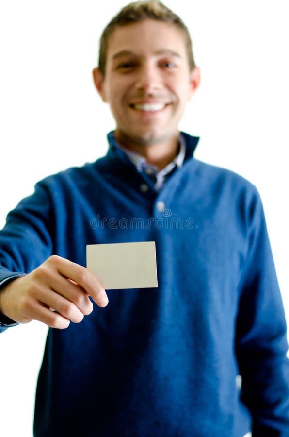 Knappe jonge mens die of adreskaartje tonen geven stock afbeelding