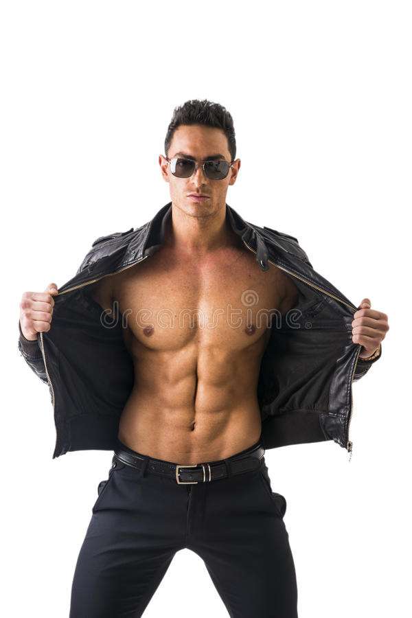 Knappe jonge mens die leerjasje op naakt geïsoleerd torso dragen, royalty-vrije stock afbeelding