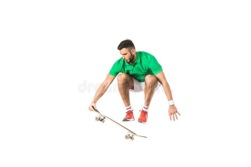 knappe jonge mens die met longboard springen stock afbeelding